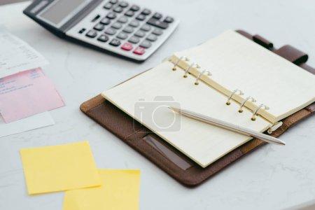 Foto de Cierre para arriba y suave se centran en pluma, papeles con la calculadora de ingresos Resumen - Imagen libre de derechos