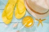 """Постер, картина, фотообои """"Летний фон. Пляжные аксессуары флип flops, солнцезащитные очки, шляпу и апельсиновый сок на деревянной палубе"""""""