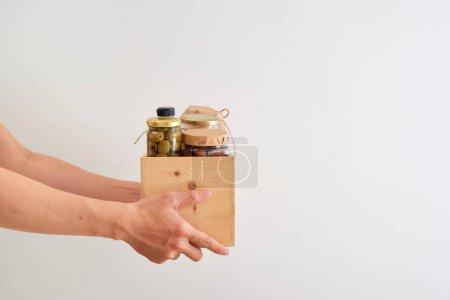 Photo pour Bénévole avec boîte de nourriture pour les pauvres. Notion de Don. - image libre de droit