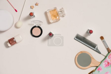 Photo pour Maquillage sac avec des cosmétiques sur le fond de couleur - image libre de droit