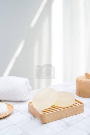 Photo pour Savon naturel et bain de coton pour soins spa. Concept de beauté. - image libre de droit