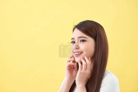 Photo pour Belle jeune femme avec une peau fraîche propre.Fille beauté soin du visage. Traitement du visage - image libre de droit
