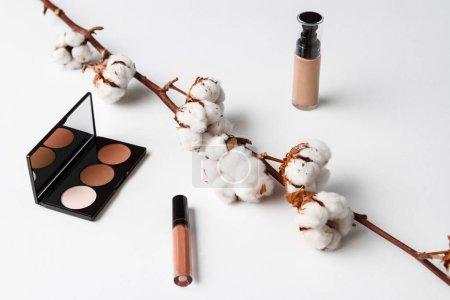 Photo pour Produits cosmétiques décoratifs sur fond blanc. Espace copie. - image libre de droit