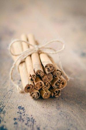 Photo pour Bâtons de cannelle sur une table en bois brun. - image libre de droit