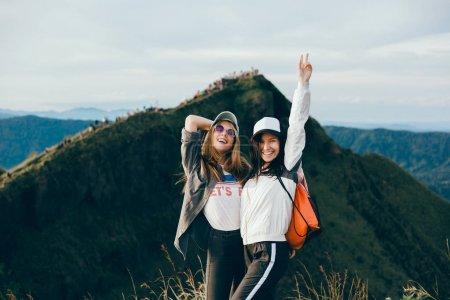 Photo pour Femme voyageuse regardant le volcan Rinjani, île de Lombok. Indonésie.Jeune routard voyageant le long des montagnes, marche heureuse de la femme découvrant le monde, concept de vacances d'été, gagnant de main vers le haut, Bali - image libre de droit