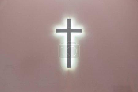 Photo pour Croix chrétienne sur fond rose. un symbole du christianisme. crucifixion . - image libre de droit