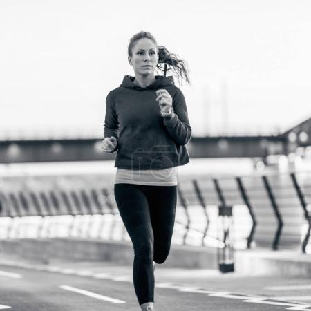 Photo pour Jeune femme jogging en plein air - image libre de droit