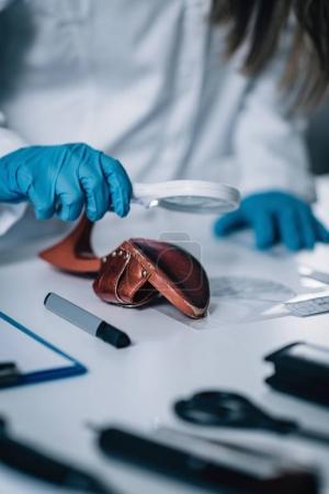 Photo pour Criminalistique en Lab. médecin légiste examinant chaussure avec preuves - image libre de droit