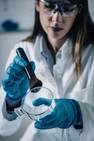 Photo pour Criminalistique en Lab. médecin légiste examinant verre avec preuves - image libre de droit