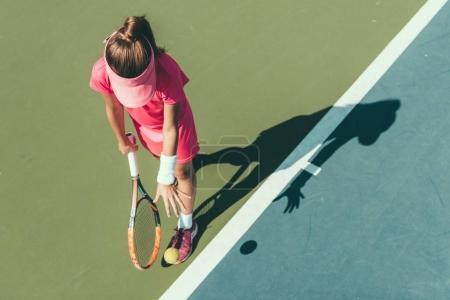 Photo pour Jeune fille jouant au tennis - image libre de droit