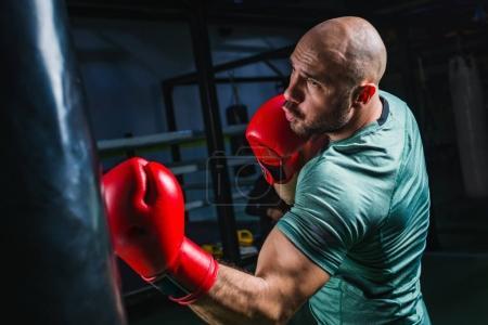 Photo pour Homme sur l'entraînement de boxe avec sac de boxe - image libre de droit