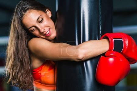 Photo pour Femme sur l'entraînement de boxe avec sac de boxe - image libre de droit