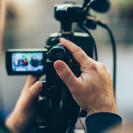 Photo pour Gros plan d'événement caméraman d'enregistrement - image libre de droit