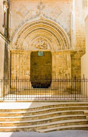 Photo pour Sicile, Raguse, le portail principal médiéval de l'église Saint-Giorgio - image libre de droit