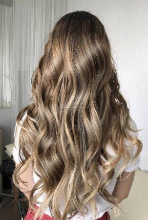 Photo pour Long blond hair with balayage , curly style - image libre de droit
