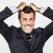 Podrážděný mladých obchodní muž vytáhl vlasy pro vyhoření