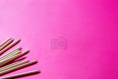 Photo pour Dessin de crayons en bois pour l'apprentissage du graphisme, de l'art et du design ou l'enfance créative à l'école sur fond rose, espace de copie - image libre de droit