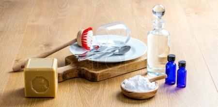 Foto de Fabricación de detergente para lavar plato económico con aceites esenciales puros, jabón saludable, natural y biodegradable bicarbonato de sodio para la limpieza verde Diy - Imagen libre de derechos