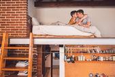 Schwules Paar von Angesicht zu Angesicht zusammen liegen