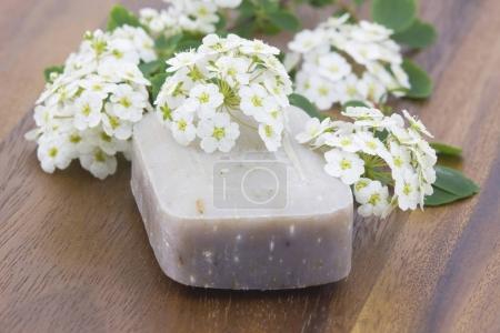 Photo pour Barre de savon naturel et fleurs blanches - image libre de droit