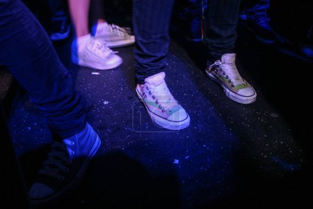 Photo pour Bucharest, Romania, August 27, 2009: People wearing sneakers are dancing in a night club in Bucharest. - image libre de droit