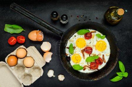 Photo pour Œufs frits dans la poêle de cuisson avec les oeufs, sel et poivre - image libre de droit