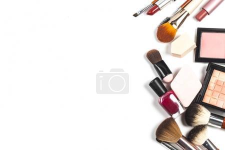 Photo pour Produits cosmétiques de sac et de maquillage sur fond de couleur - image libre de droit