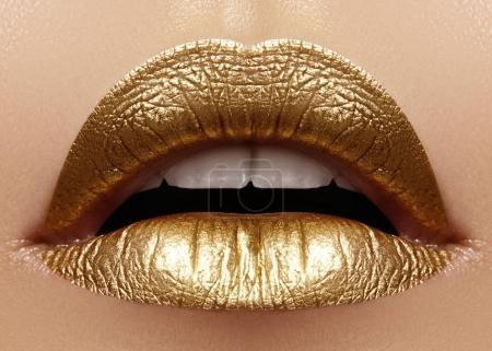 Photo pour Beau gros plan avec femmes lèvres charnues avec le maquillage de couleur or. Mode célébrer maquillage, paillettes cosmétique. Briller le style de Noël. Maquillage métallique - image libre de droit