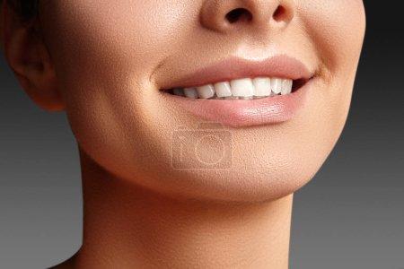 Photo pour Large sourire de la belle jeune femme avec parfaite santés dents blanches sur fond gris. Blanchiment dentaire, ortodont, dent de soins et de bien-être. Maquillage naturel sur visage parfait. - image libre de droit