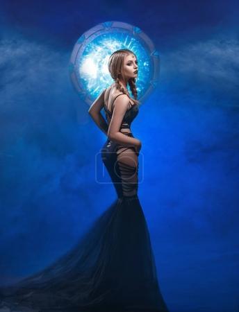 Photo pour Belle gardienne des portails debout dans le centre de l'univers. Style de l'espace, la coiffure et le maquillage artistique. Séance de photos fantastiques. Tonifiant à la mode - image libre de droit