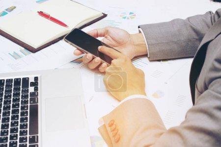 Photo pour Jeune homme d'affaires travaillant au bureau, écrit des plans de marketing et sur le diagramme de stratégie du bloc-notes comme lumière du matin concept pour les affaires en ligne, concept d'affaires : ordinateur et Internet sont nécessaires . - image libre de droit
