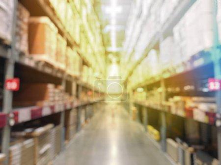 Photo pour Les gens magasinent dans la quincaillerie ou l'entrepôt - image libre de droit