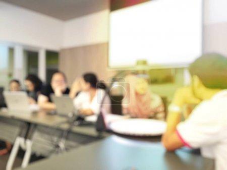 Photo pour Résumé image d'arrière-plan flou des étudiants et des gens d'affaires étudier et discuter en séminaire profession grande salle avec écran et projecteur pour afficher les informations. - image libre de droit