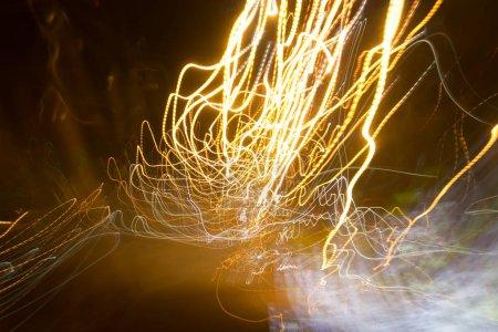 Photo pour Réverbères dans la voiture excès de vitesse dans la nuit, mouvement de la lumière avec obturateur à vitesse lente . - image libre de droit