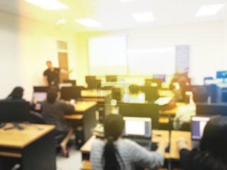 Photo pour Résumé image d'arrière-plan flou des étudiants et des gens d'affaires étudier et discuter en séminaire profession grande salle avec écran et projecteur pour afficher les informations - image libre de droit
