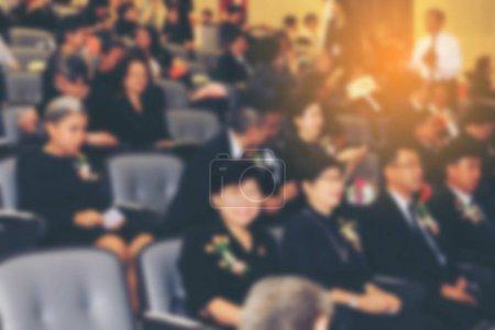 Foto de Imagen borrosa de negocios Conferencia y presentación con presentaciones públicas. Audiencia en la sala de conferencias. Club de emprendimiento. Desenfoque de fondo. tono vintage con efecto luminoso naranja. - Imagen libre de derechos