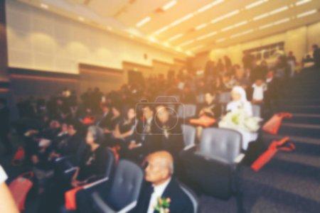 Photo pour Image floue des affaires conférence et présentation avec des présentations publiques. Public à la salle de conférence. Club de l'entrepreneuriat. Flou de l'arrière-plan. ton vintage avec effet de lumière orange. - image libre de droit