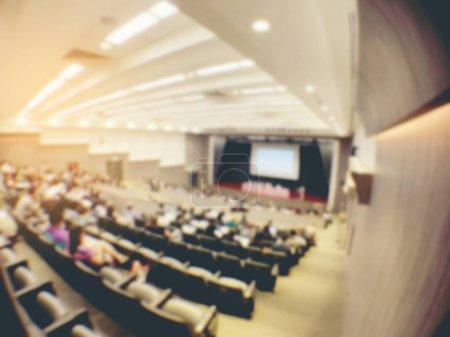 Photo pour Image floue de Business Conference et présentation. Personnes de réunion conférence séminaire, public dans la salle de conférence. -intérieur d'une photo de ton conference hall, chaud & vintage. - image libre de droit