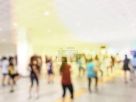 Photo pour Image floue des gens dans la salle de gym - image libre de droit