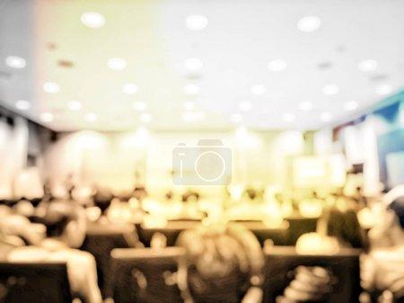 Photo pour Concept de l'éducation, Abstract image d'arrière-plan flou des étudiants et des gens d'affaires étudier et discuter en séminaire profession grande salle avec écran et projecteur pour afficher les informations. - image libre de droit