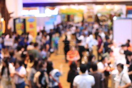 Photo pour Image floue de personnes faisant leurs courses dans une quincaillerie ou un entrepôt avec une variété de ventilateurs de plafond intérieurs et extérieurs, encastrés, feux de piste, led. ton vintage avec effet de lumière . - image libre de droit