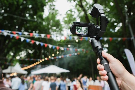 A mirrorless camera with a stabilized monopod