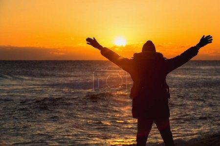 Voyageur de l'homme avec un sac à dos est debout sur la plage