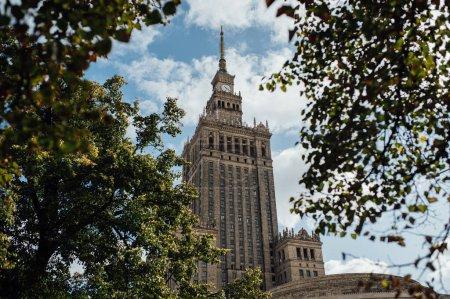 Photo pour L'un des plus hauts bâtiments d'Europe - Palais de la Culture et des Sciences à Varsovie, Pologne . - image libre de droit