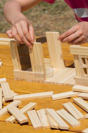 Photo pour Main tenant en bois puzzle élément dans la main - image libre de droit