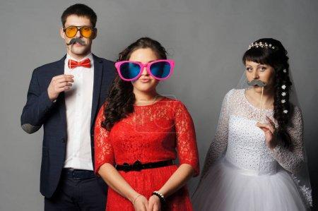 Photo pour Belle mariée avec ses copines. Portrait intérieur isolé - image libre de droit
