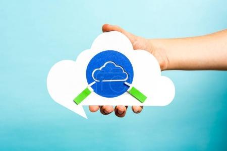 Photo pour Main tenant bulle de parole nuage avec nuage bleu. Concept Internet . - image libre de droit