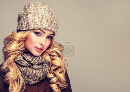 Photo pour Mode hiver chaud - belle jeune femme blonde en laine gris hiver bonnet et écharpe souriante. Portrait de beauté hiver fille dans des vêtements en laine tricoté bonnet et écharpe Snood. - image libre de droit