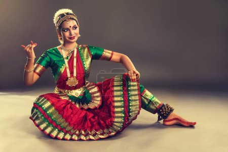 Photo pour Belle danseuse indienne de danse classique indienne Bharatanatyam  . - image libre de droit