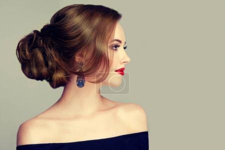 Photo pour Belle femme avec mode maquillage et de coiffure - image libre de droit